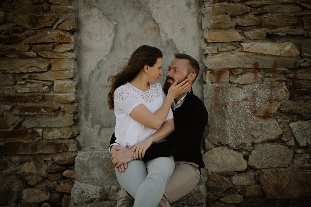 escalier couple engagement maison pierre