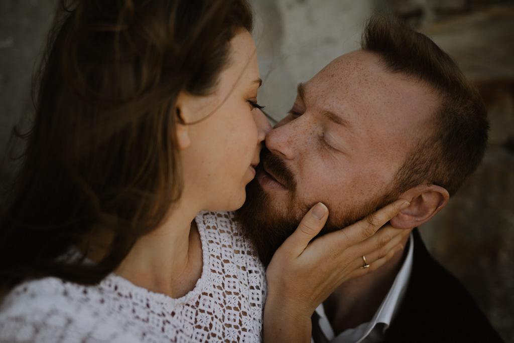 séance engagement Sables d'Olonne Vendée baiser yeux fermés couple main
