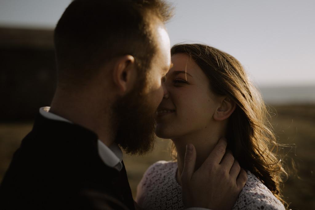 baiser couple main sur le cou sourire