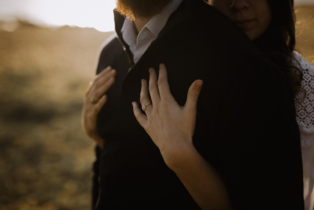 mains sur le torse couple enlacé contre-jour