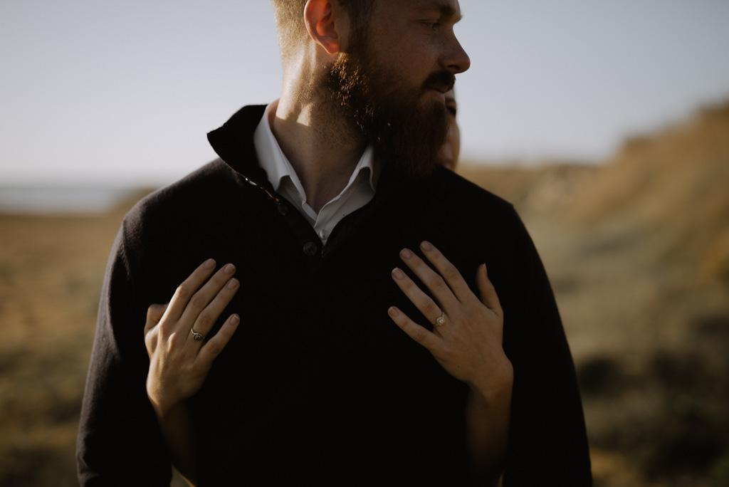 séance engagement Sables d'Olonne Vendée couple mains regard en arrière