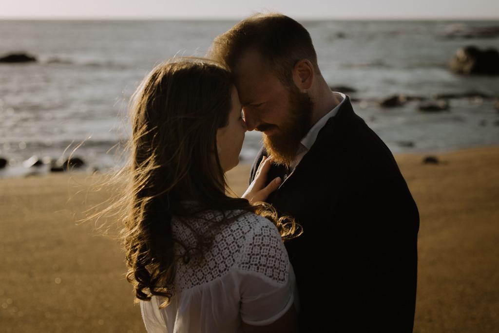 couple se regarde front plage vent cheveux