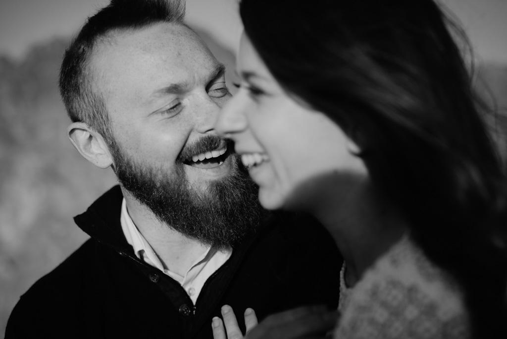 rire couple engagement noir et blanc barbe