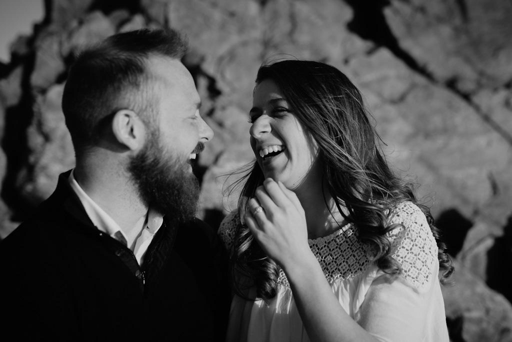 rire couple noir et blanc rochers plage séance engagement Sables d'Olonne Vendée