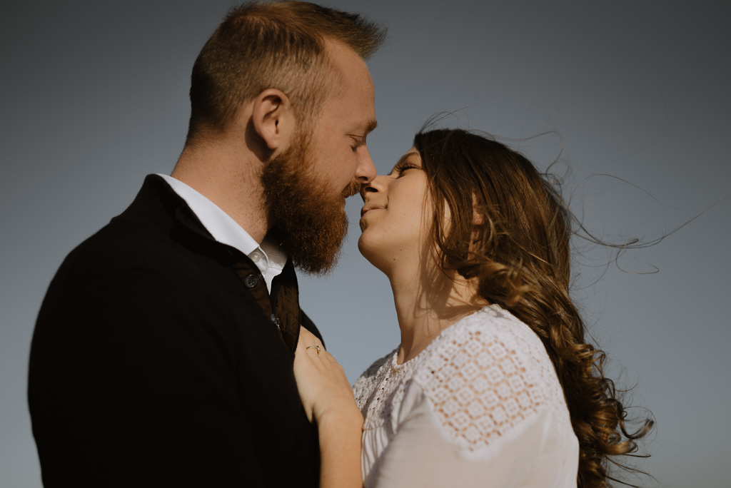 baiser couple paracou vent cheveux