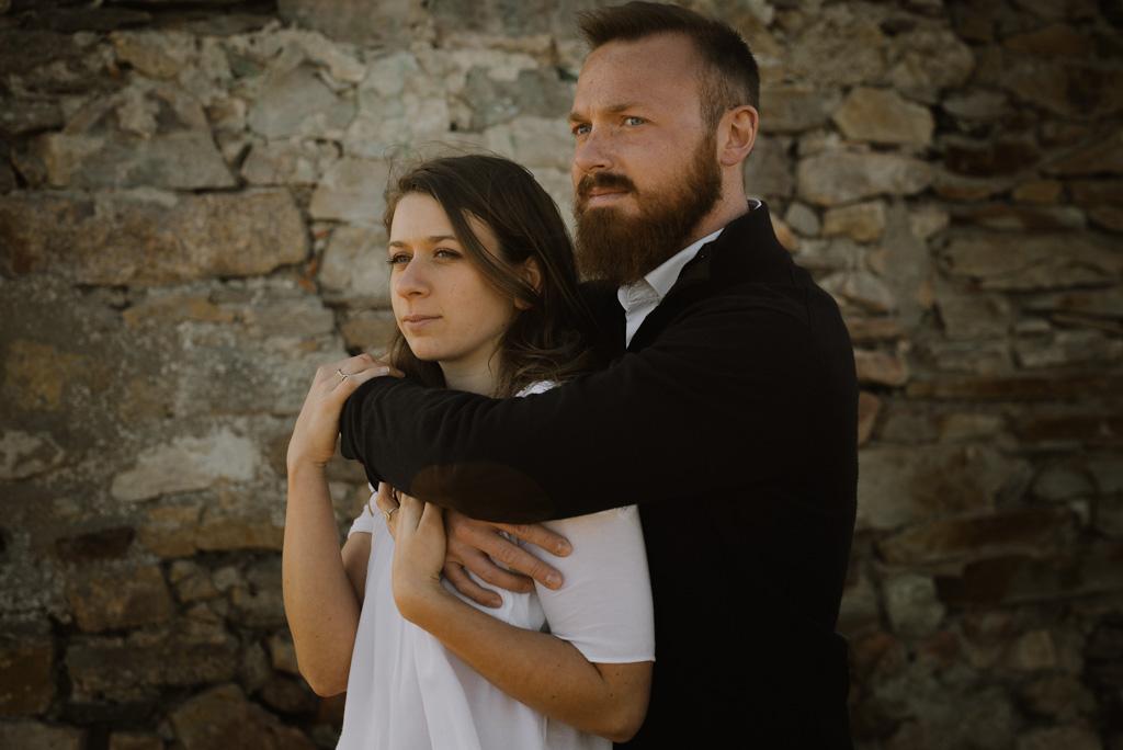 couple mur pierre paracou bras enlacés