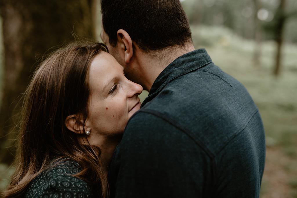 couple enlacé séance engagement mervent arbres