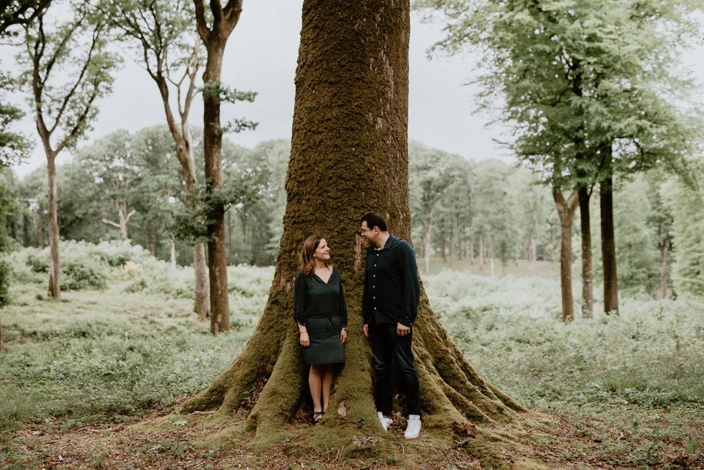 couple regard arbres forêt de Mervent tronc