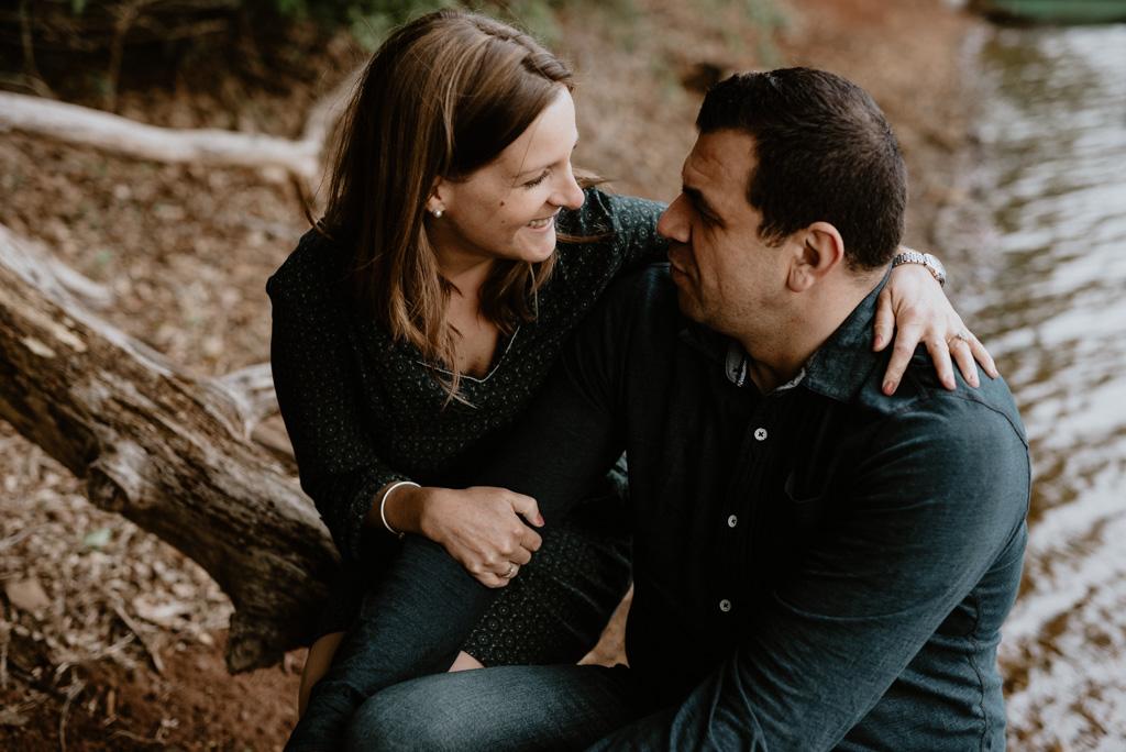 regard couple sourire bord rivière branche arbres