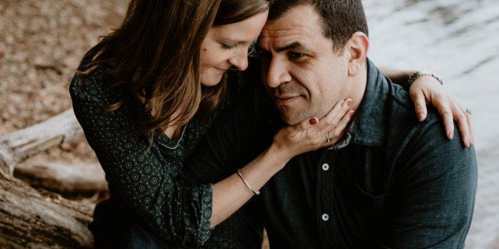 séance engagement Mervent Vendée couple caresse enlacé mains doux rivière