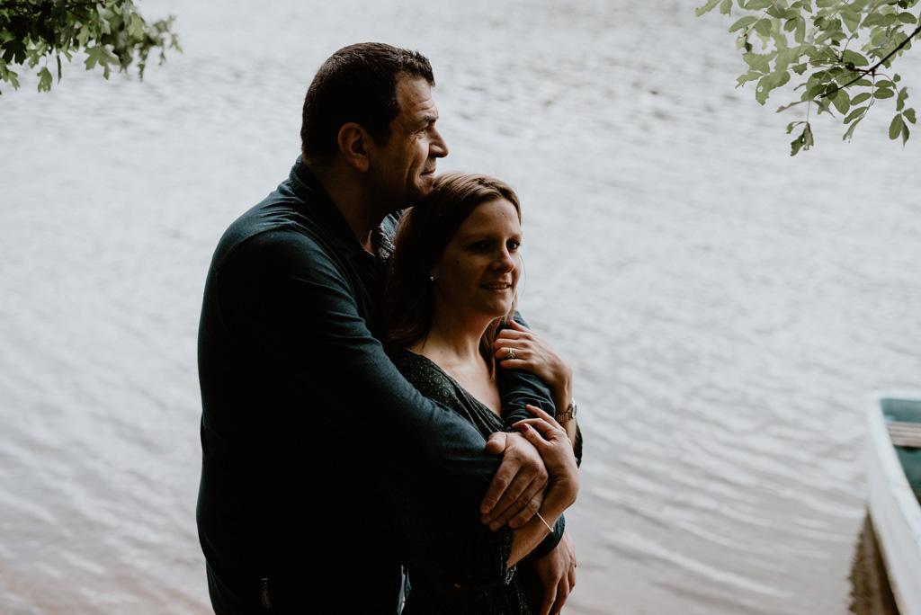 couple enlacé bord de rivière barque mains
