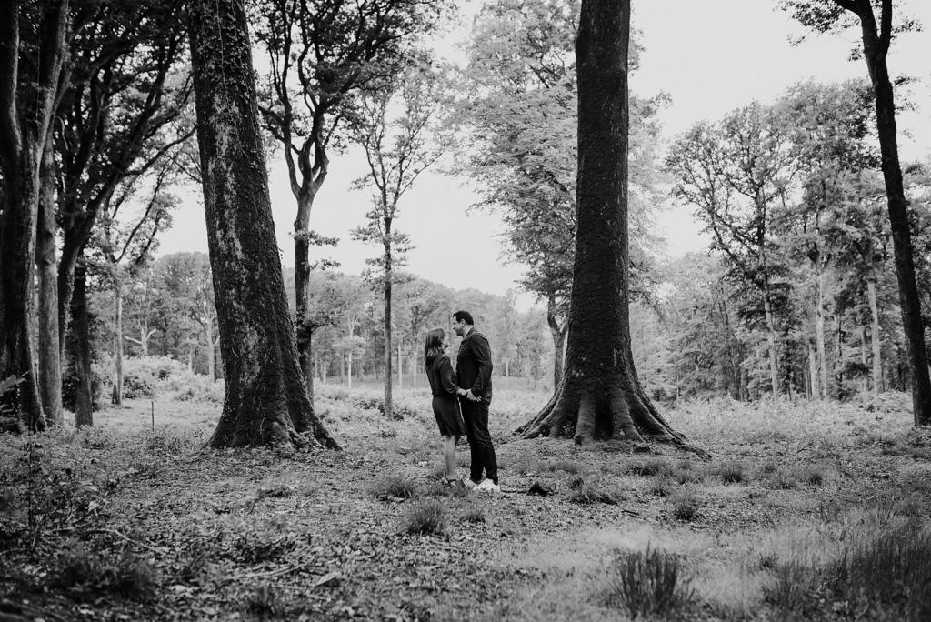 arbres noir et blanc couple forêt