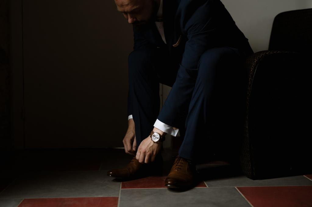 preparatifs mariage chaussure lacets montre costume