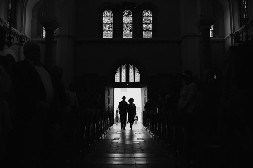 entrée église mariage noir blanc contre-jour