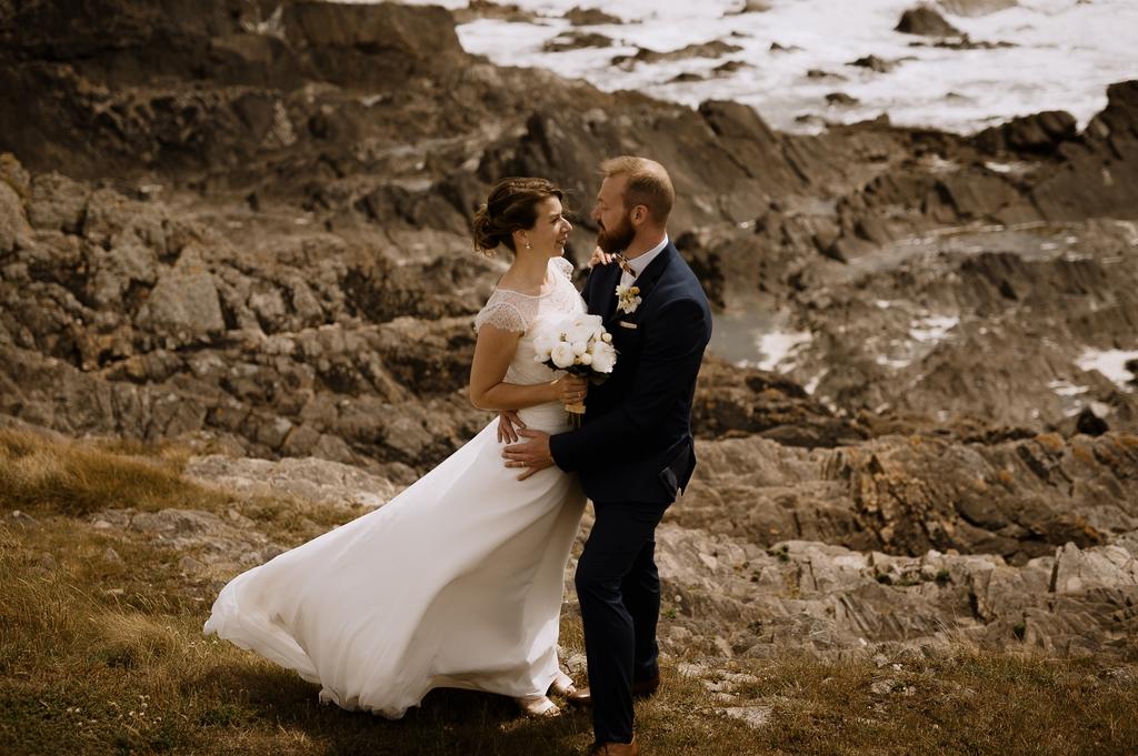 couple vent robe rochers mer mariage Moinardière Vendée