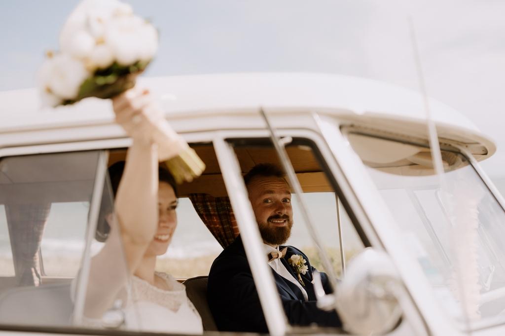 couple départ bouquet van sourire combi mariage Moinardière Vendée