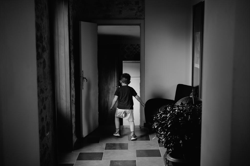 préparatifs garçon court lumière douce noir et blanc