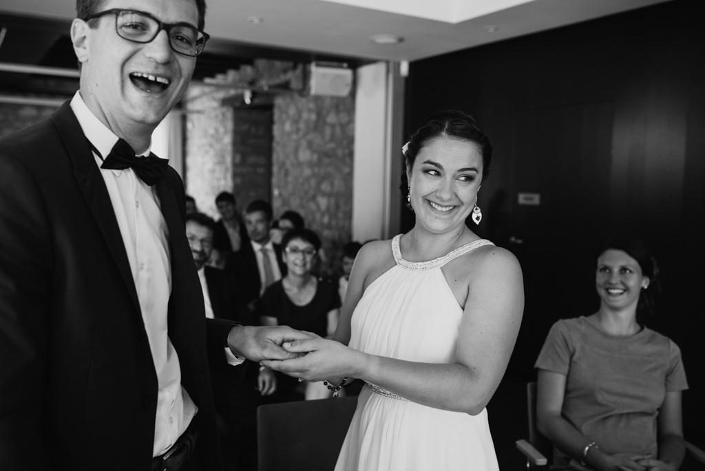 rire couple noir et blanc mariés