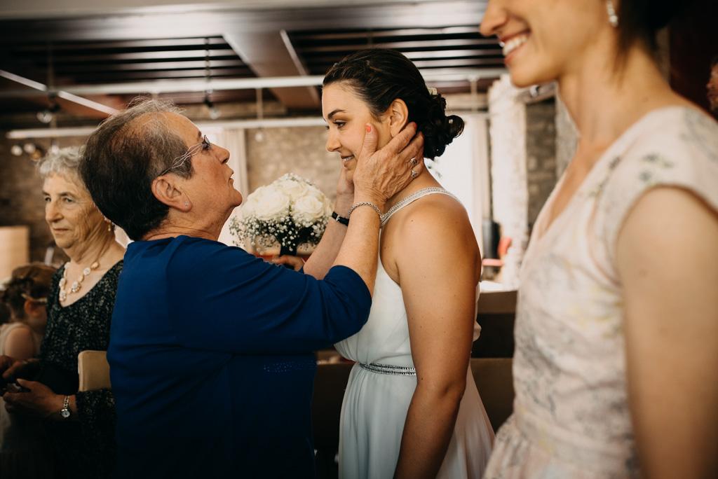 grand-mère félicitations mariée regard