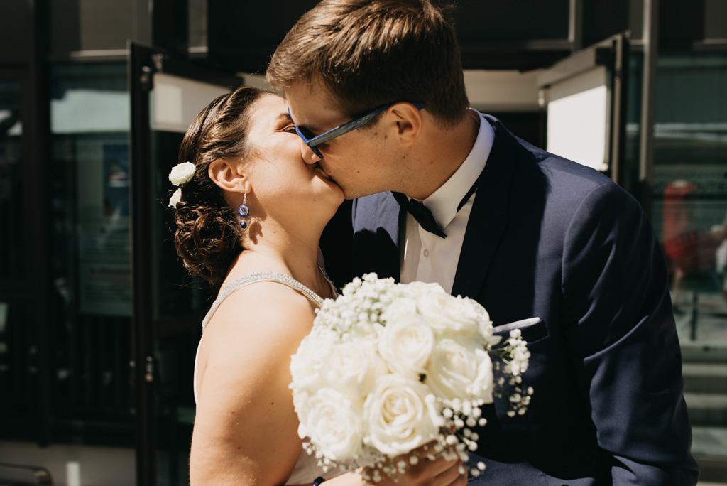 baiser embrasser couple mariés