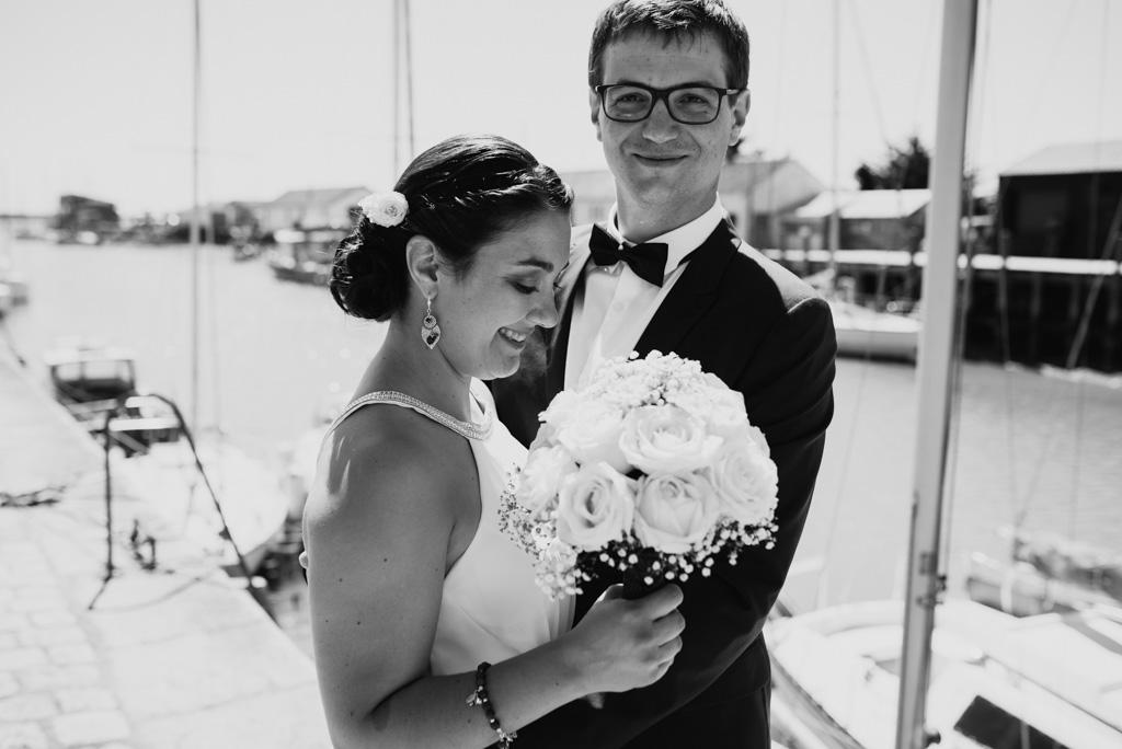 rire noir et blanc séance couple mariés