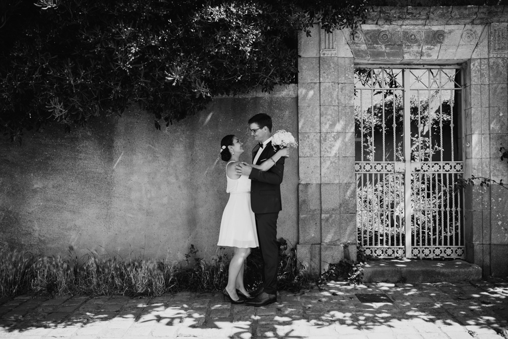 noir et blanc couple belle maison mur grille jardin