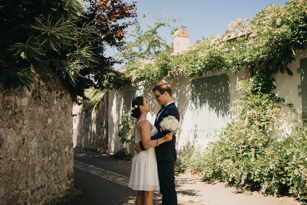 ruelle Noirmoutier plantes mur séance couple mariage Vendée