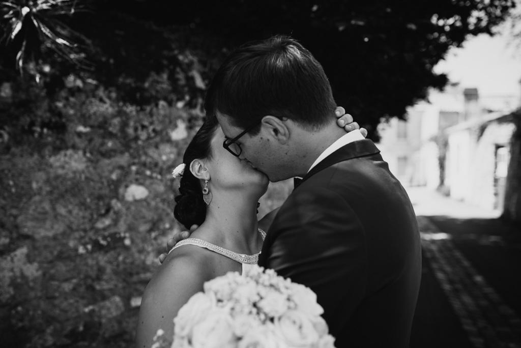 embrasser mariés noir et blanc