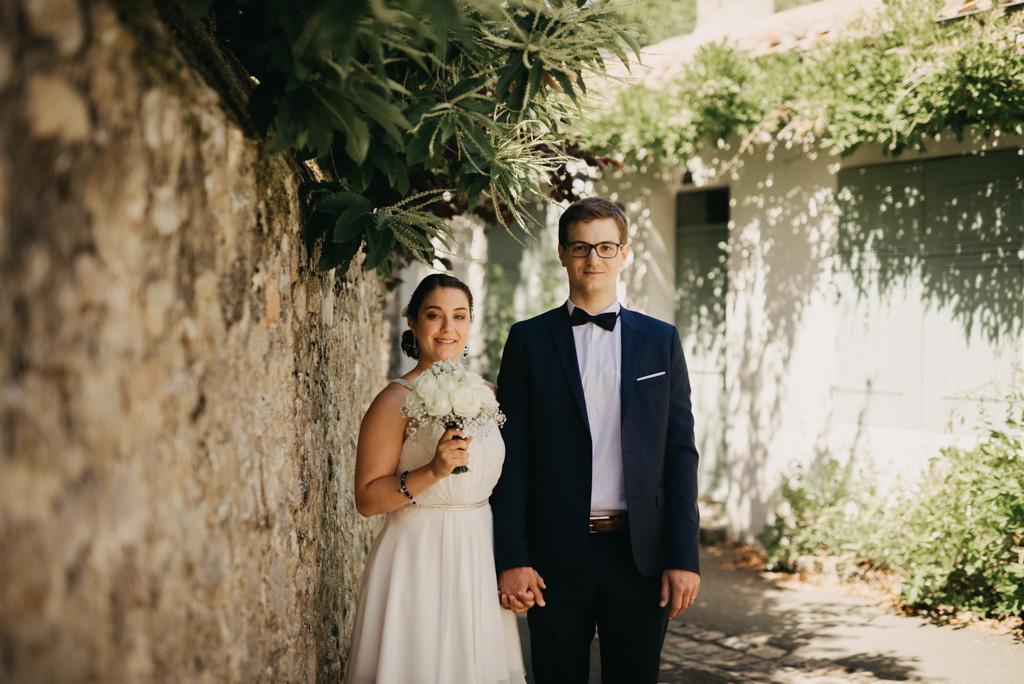 bouquet couple mariés rue plante flou mur