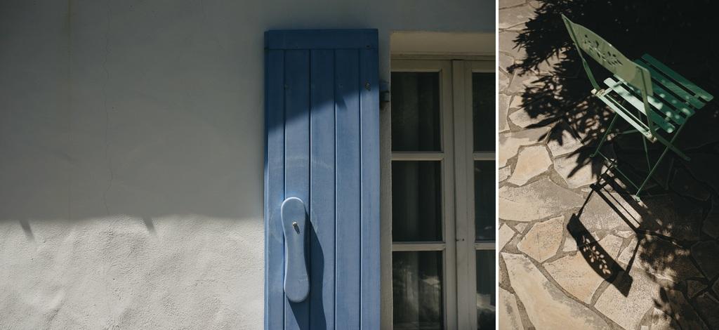 volet bleu mur lumière chaise verte ombres