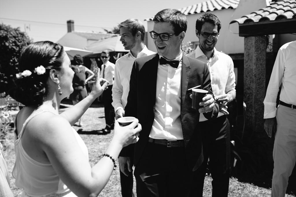 cocktail toast rire mariés noir et blanc