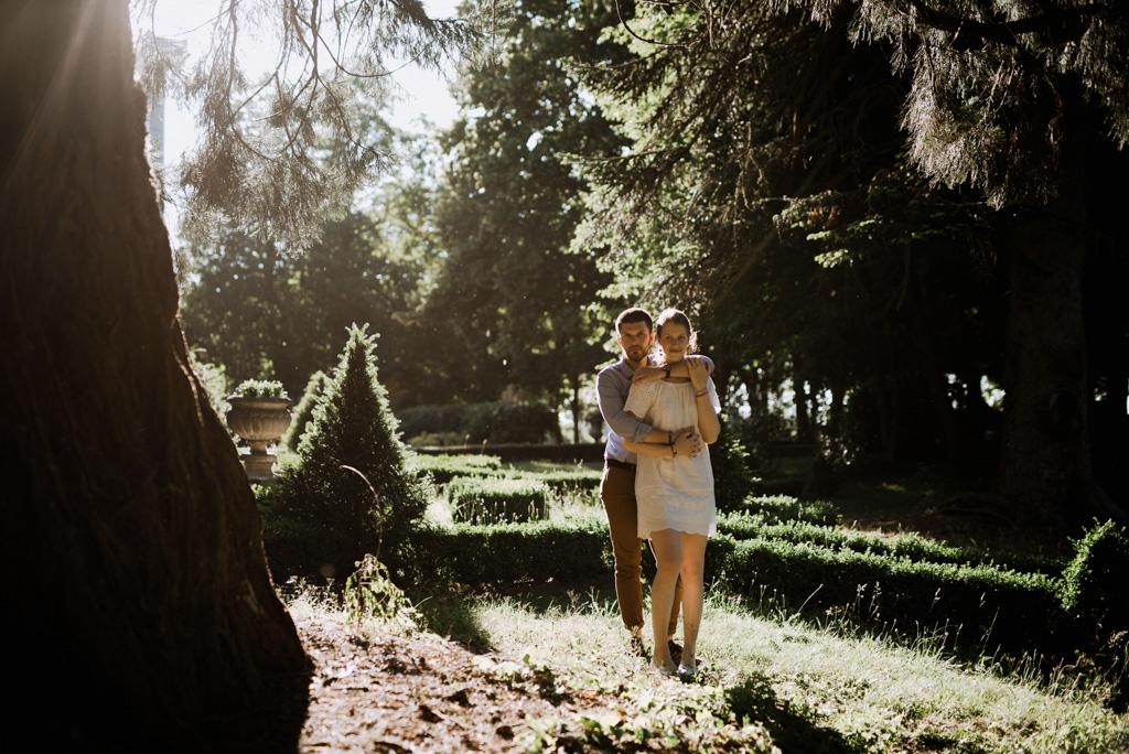 pose couple séance engagement Mayenne contre-jour parc château