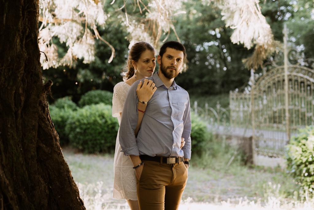 couple grille parc arbre tronc branches