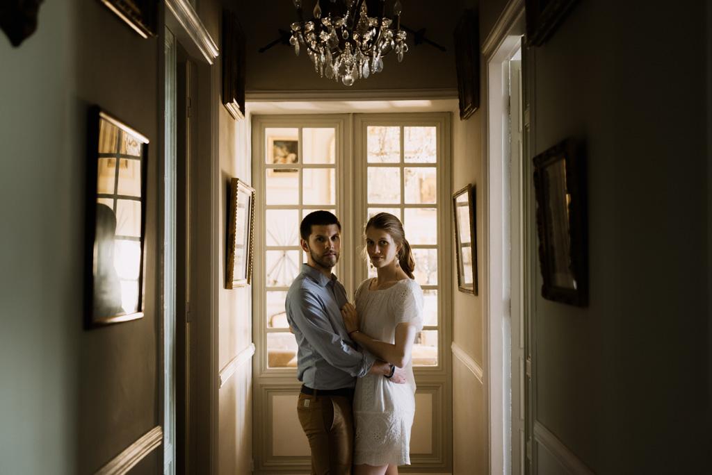 couloir couple porte lumière cadres lustre séance engagement Mayenne