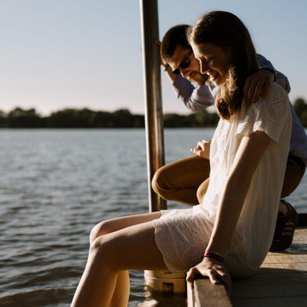 ponton couple lac soleil pieds dans l'eau séance engagement Pouancé Maine-et-Loire