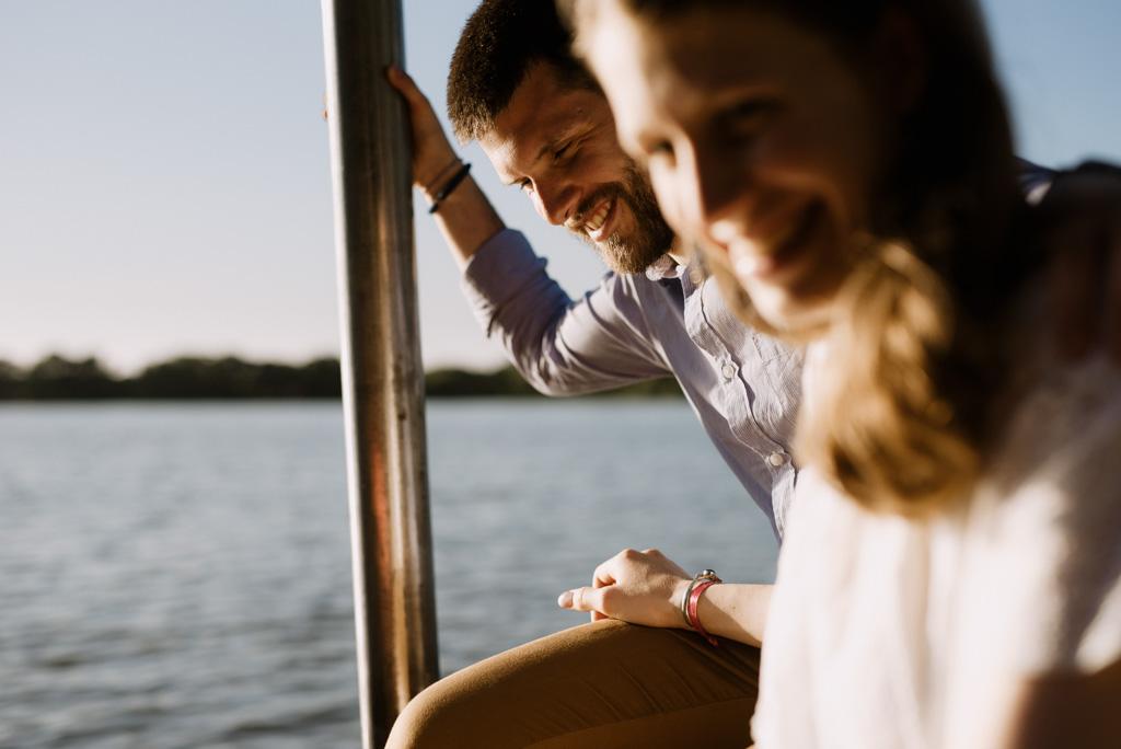 sourire futur marié lac mains séance engagement Pouancé Maine-et-Loire