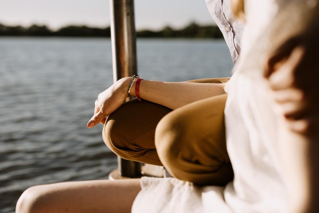 main sur genou lac Pouancé ponton