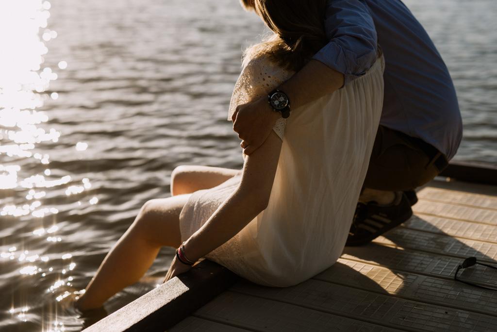 pieds eau lac soleil brille Pouancé enlacés séance engagement Maine-et-Loire