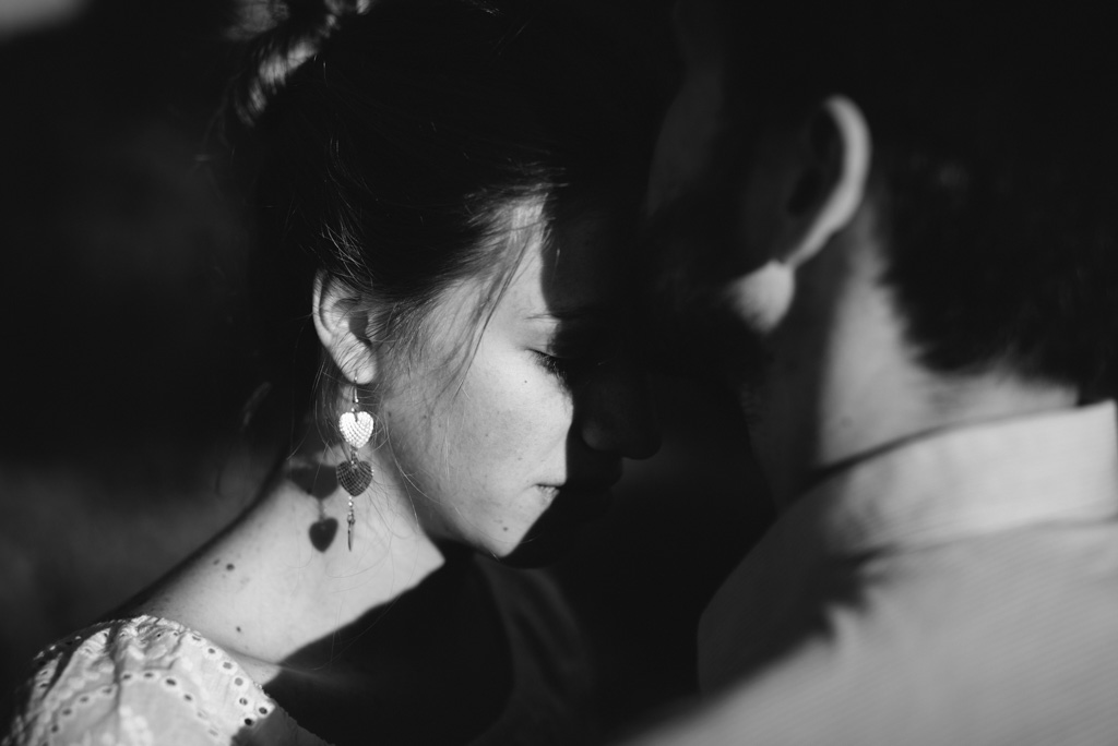 noir et blanc baiser embrasser couple boucle d'oreille