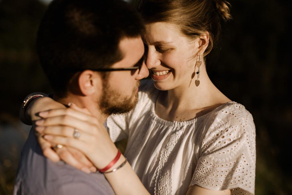 sourire couple séance engagement soleil chaud
