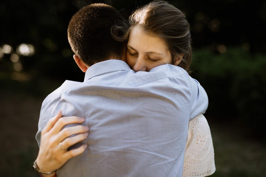 couple enlacé yeux fermés