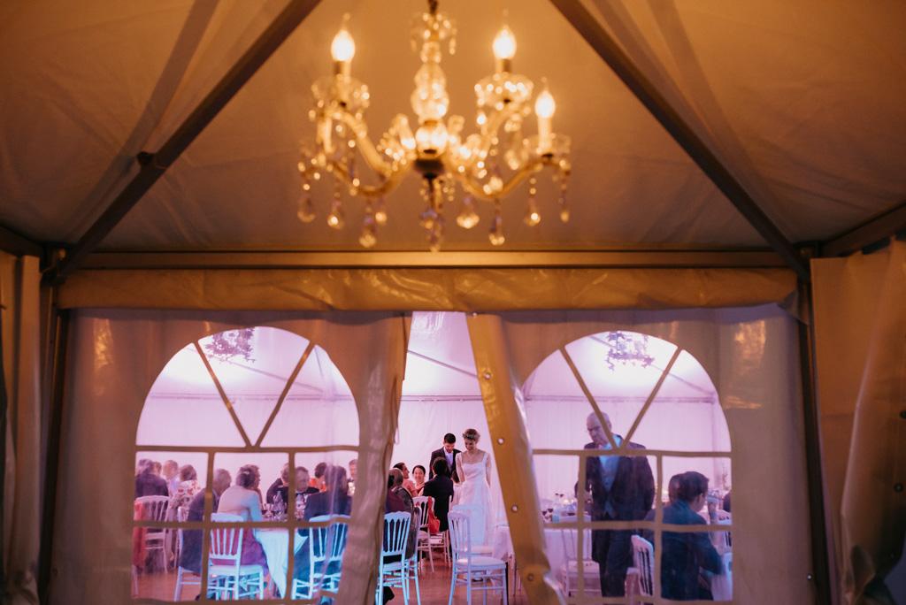 salle réception mariage lustre mariés repas