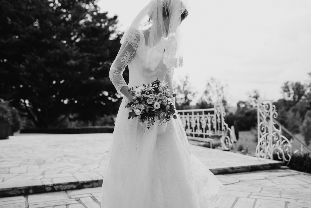 robe mariée noir et blanc rambarde