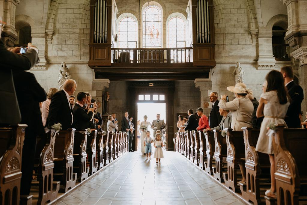 entrée mariée allée église enfants