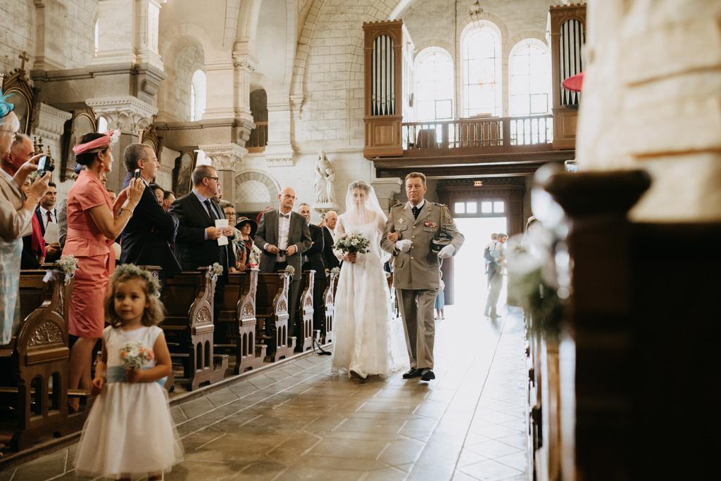 mariée entrée église allée