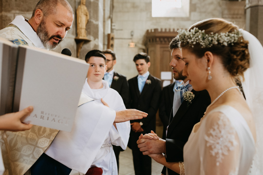 bénédiction mariés mariage église prêtre Mayenne