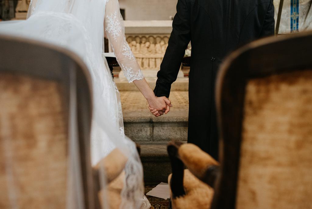 mains mariés fauteuils mariage Mayenne