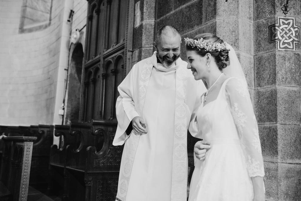 sourire prêtre noir et blanc mariée