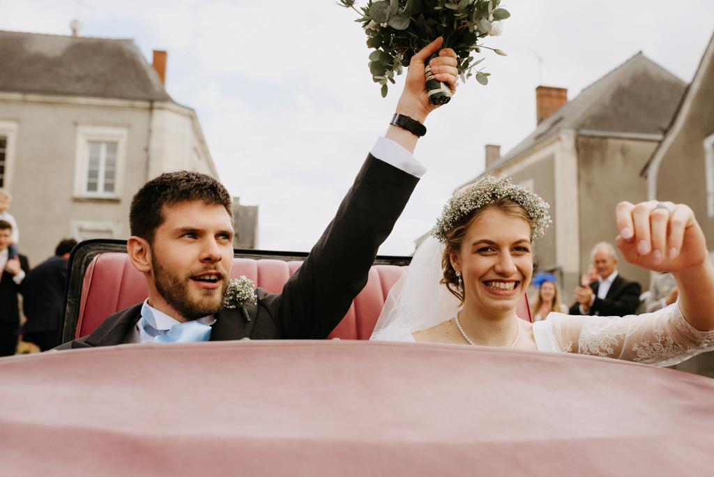 mariés rire voiture mariage