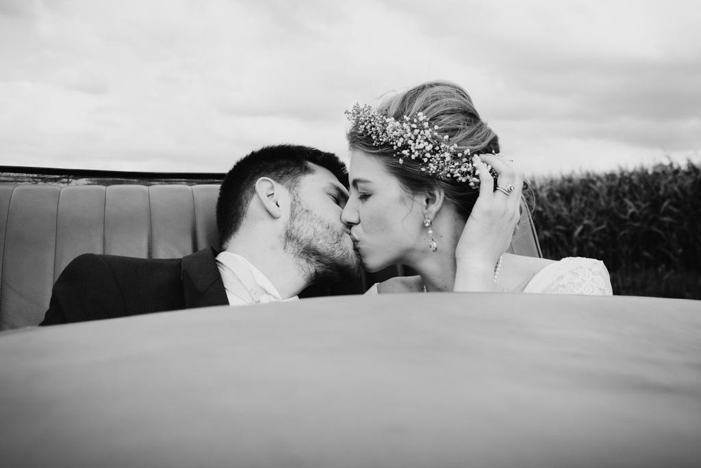 baiser mariées embrassent voiture route couronne